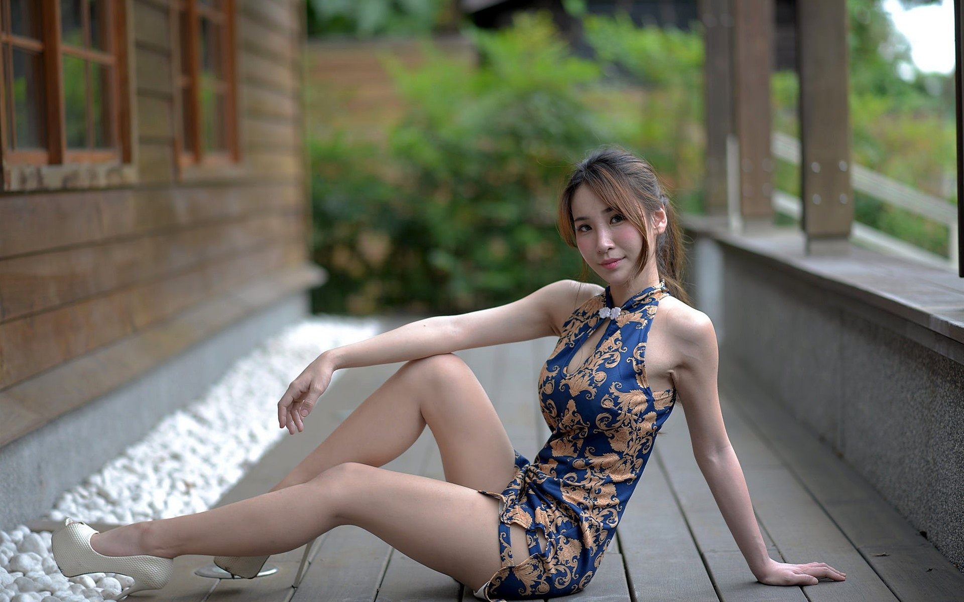 Ноги в стороны под платьем фото
