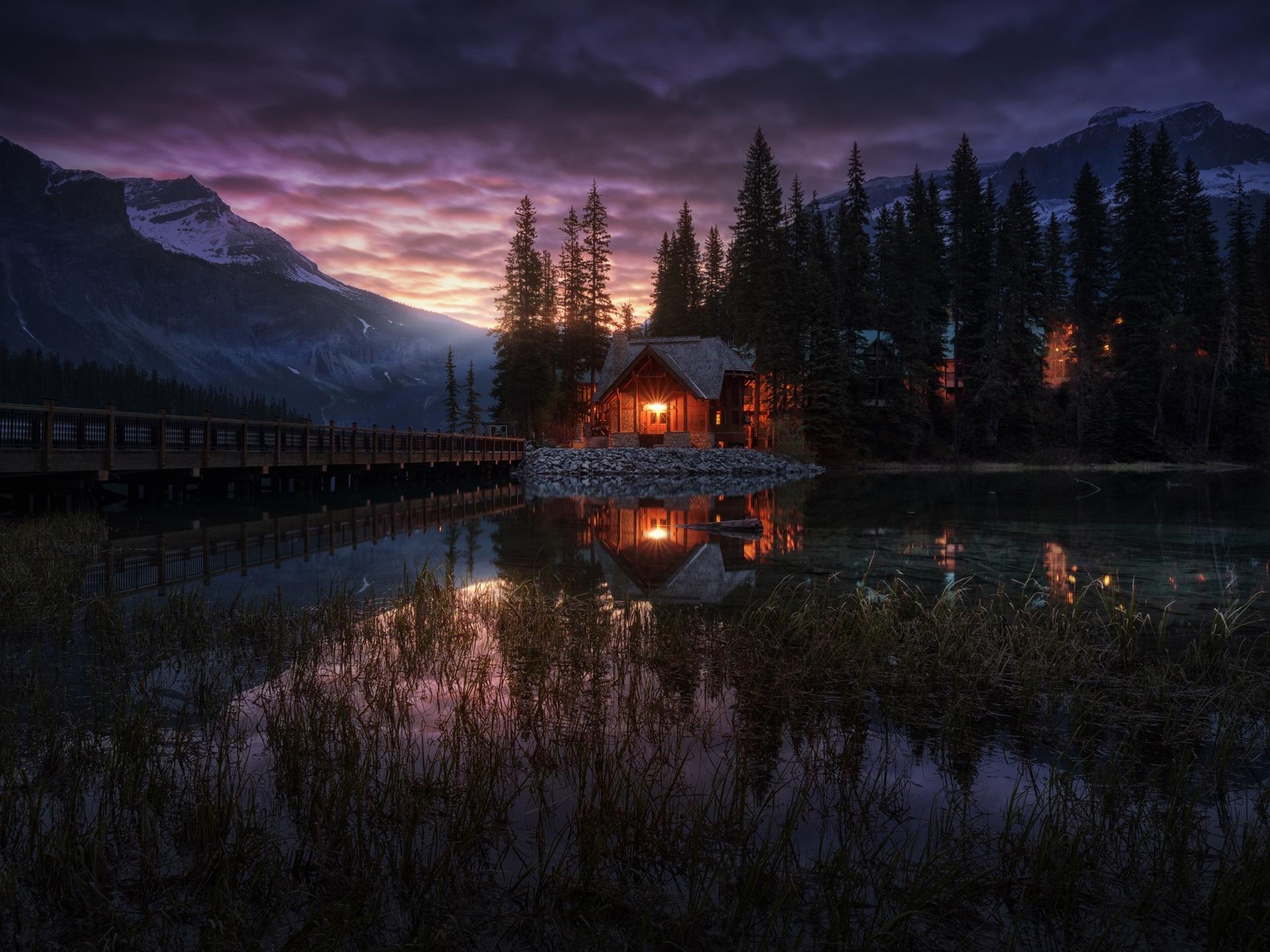 горы озеро деревья дом отражение скачать