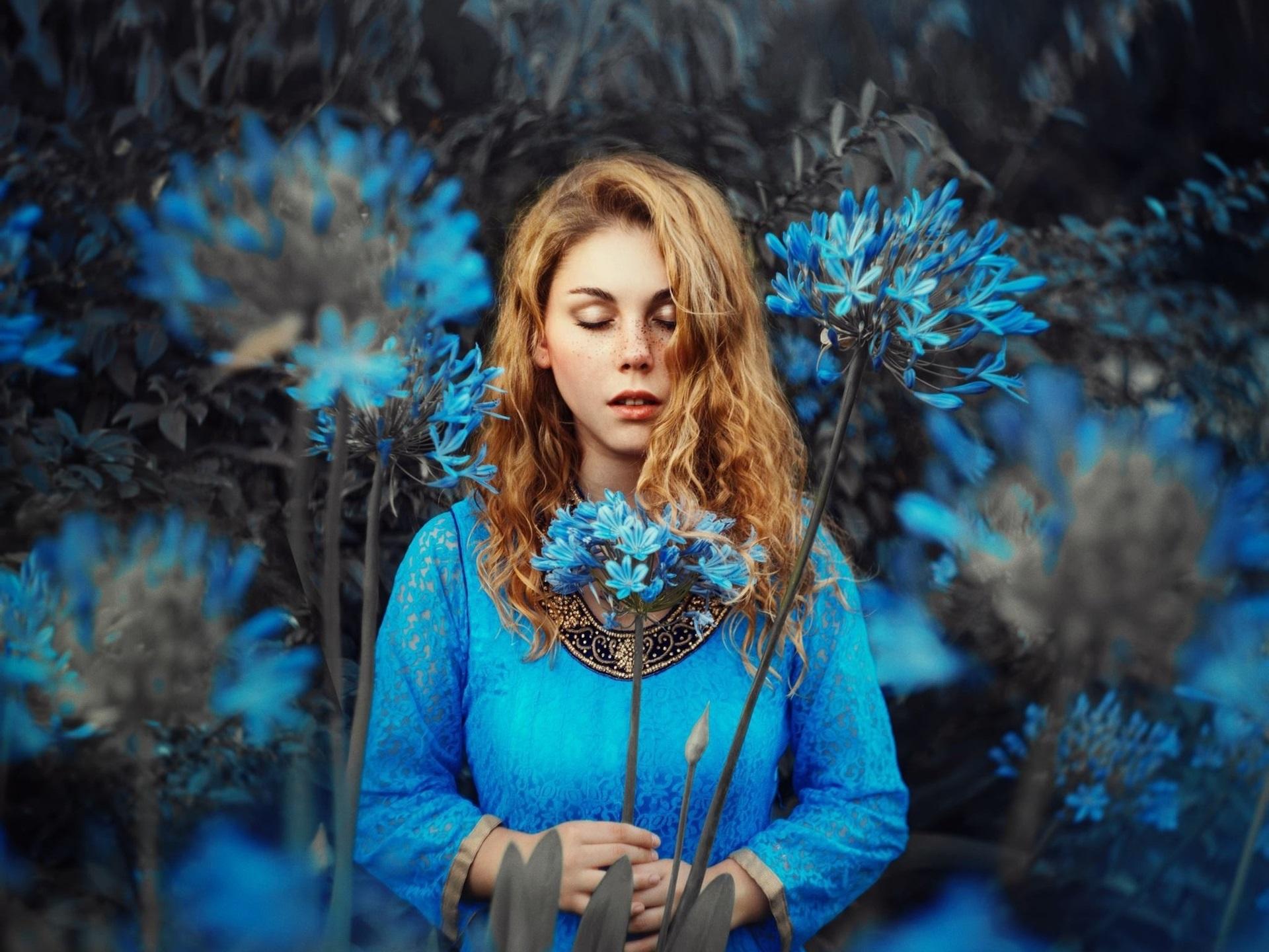Обои Голубое платье девушка, блондинка, синие цветы, закрытые ...