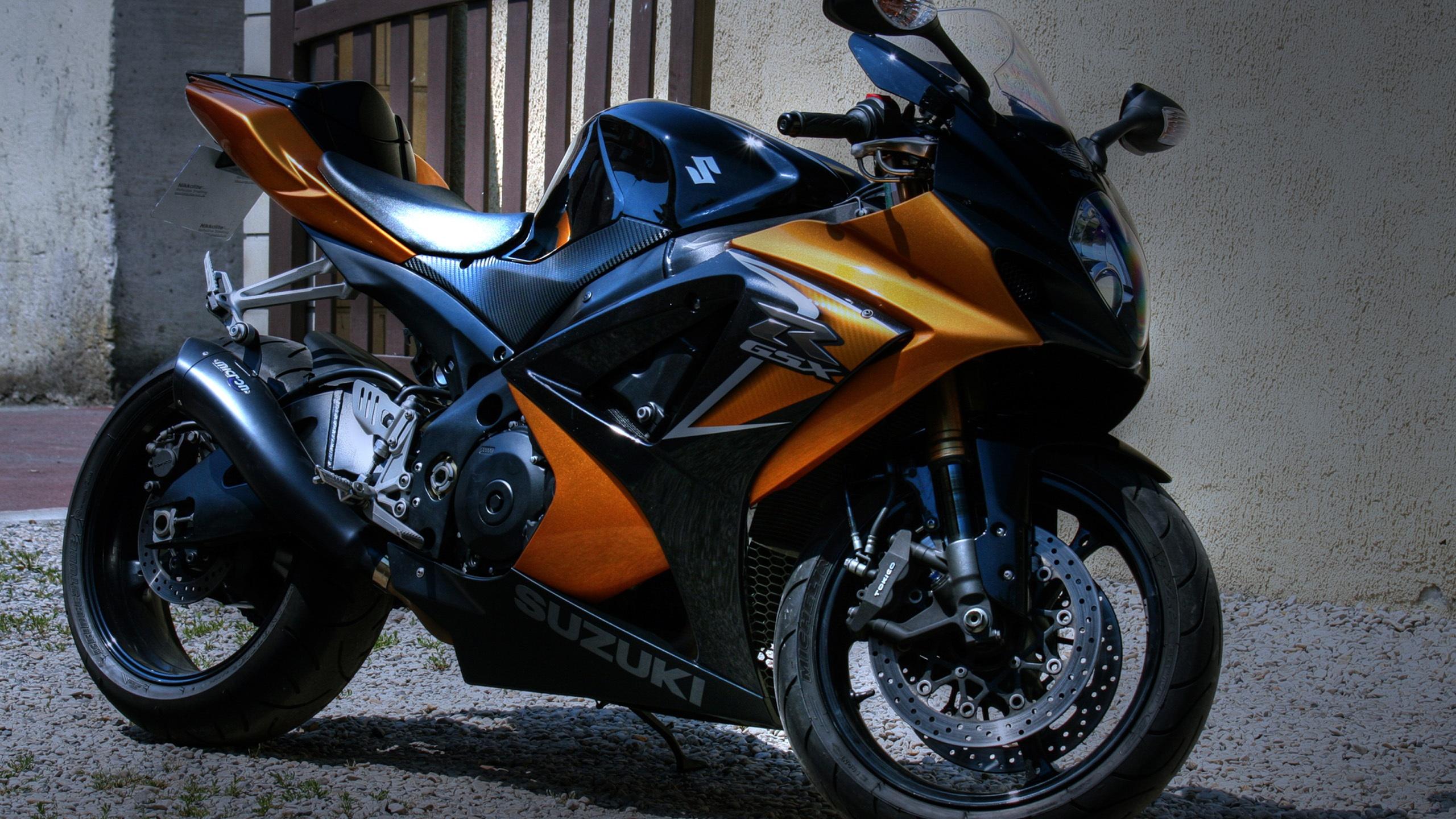 壁紙 スズキのバイクは家の外に駐車し 2560x1600 Hd 無料のデスクトップの背景 画像