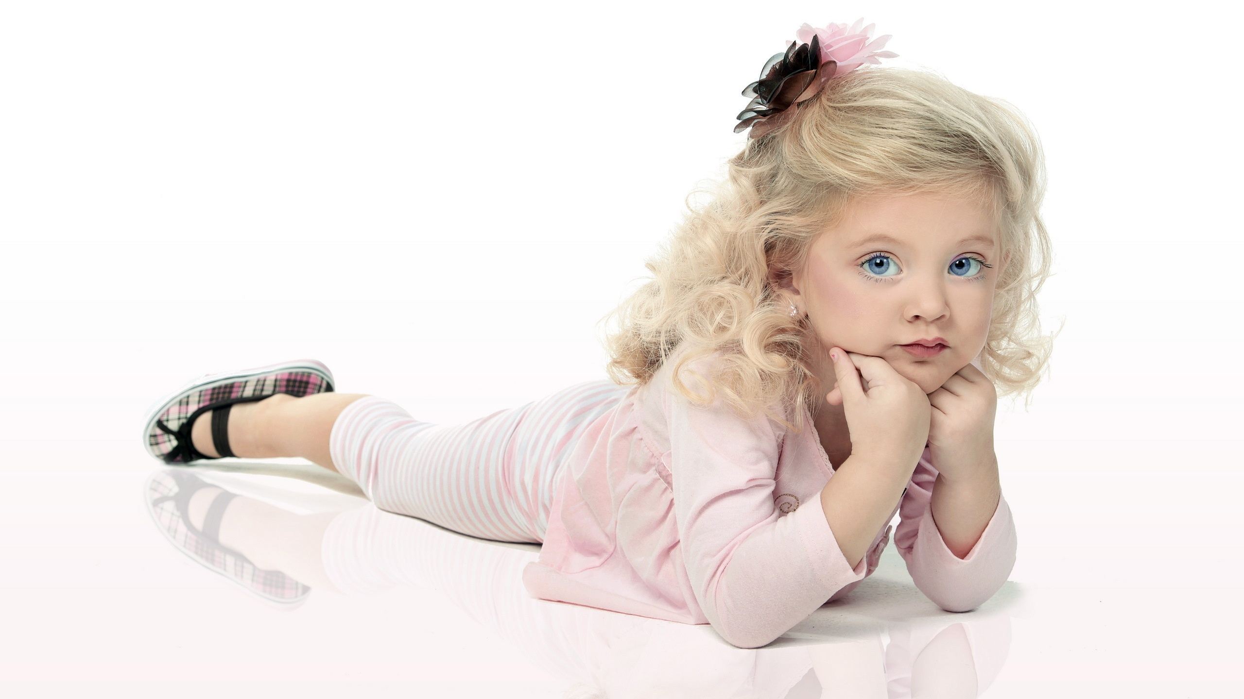 Lovely blue-eyed little princess wallpaper - 2560x1440