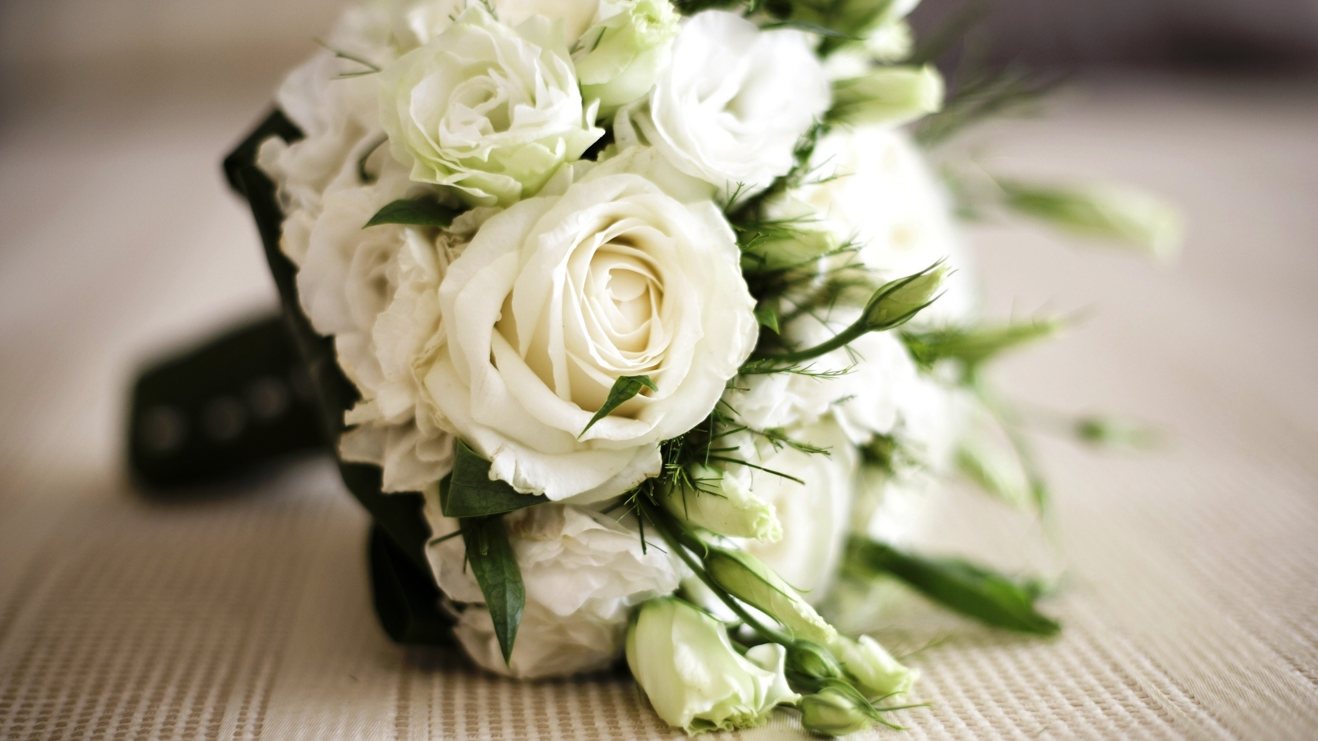 Bouquet of white roses wallpaper - 2560x1440