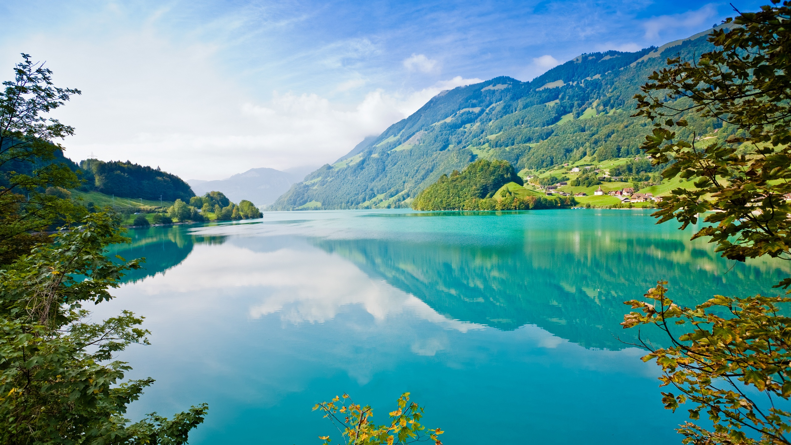Schöne natur landschaft see berge bäume dorf blauer himmel