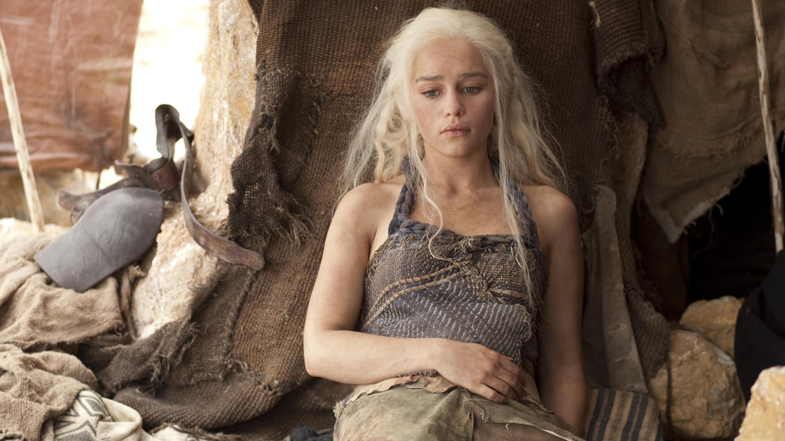 http://fr.best-wallpaper.net/wallpaper/2560x1440/1301/Emilia-Clarke-in-Game-of-Thrones_2560x1440.jpg