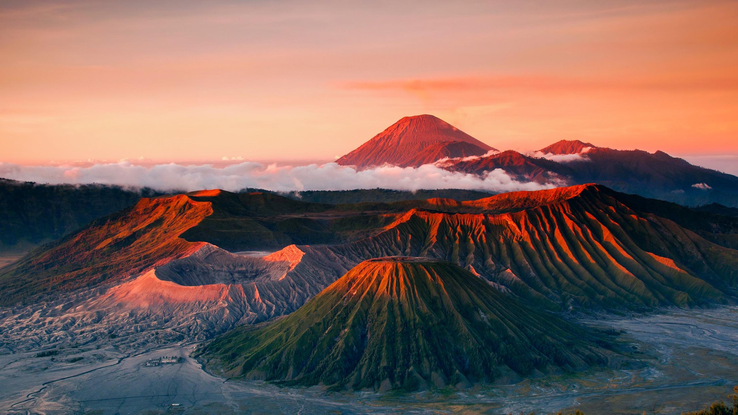 Indonesien Java Tenger Vulkan Berge Landschaft Nebel Hintergrundbilder  2560x1440 QHD