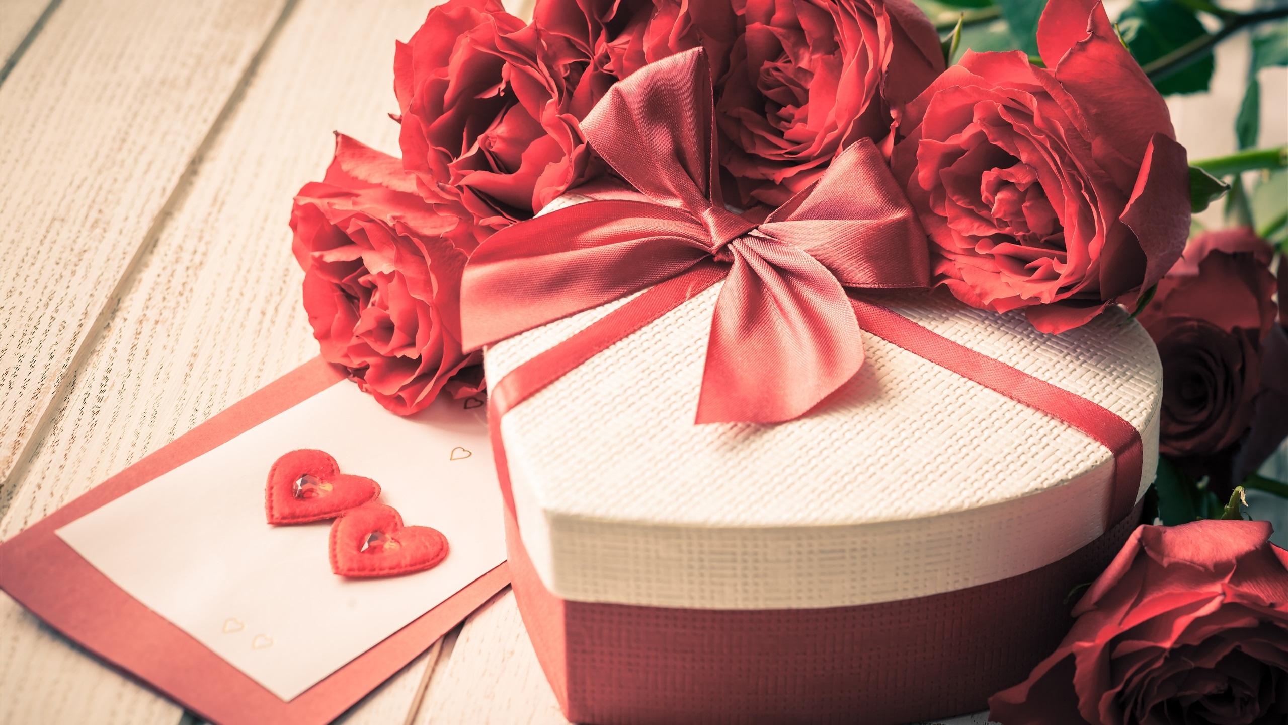 открытка с днем рождения с цветами и подарком