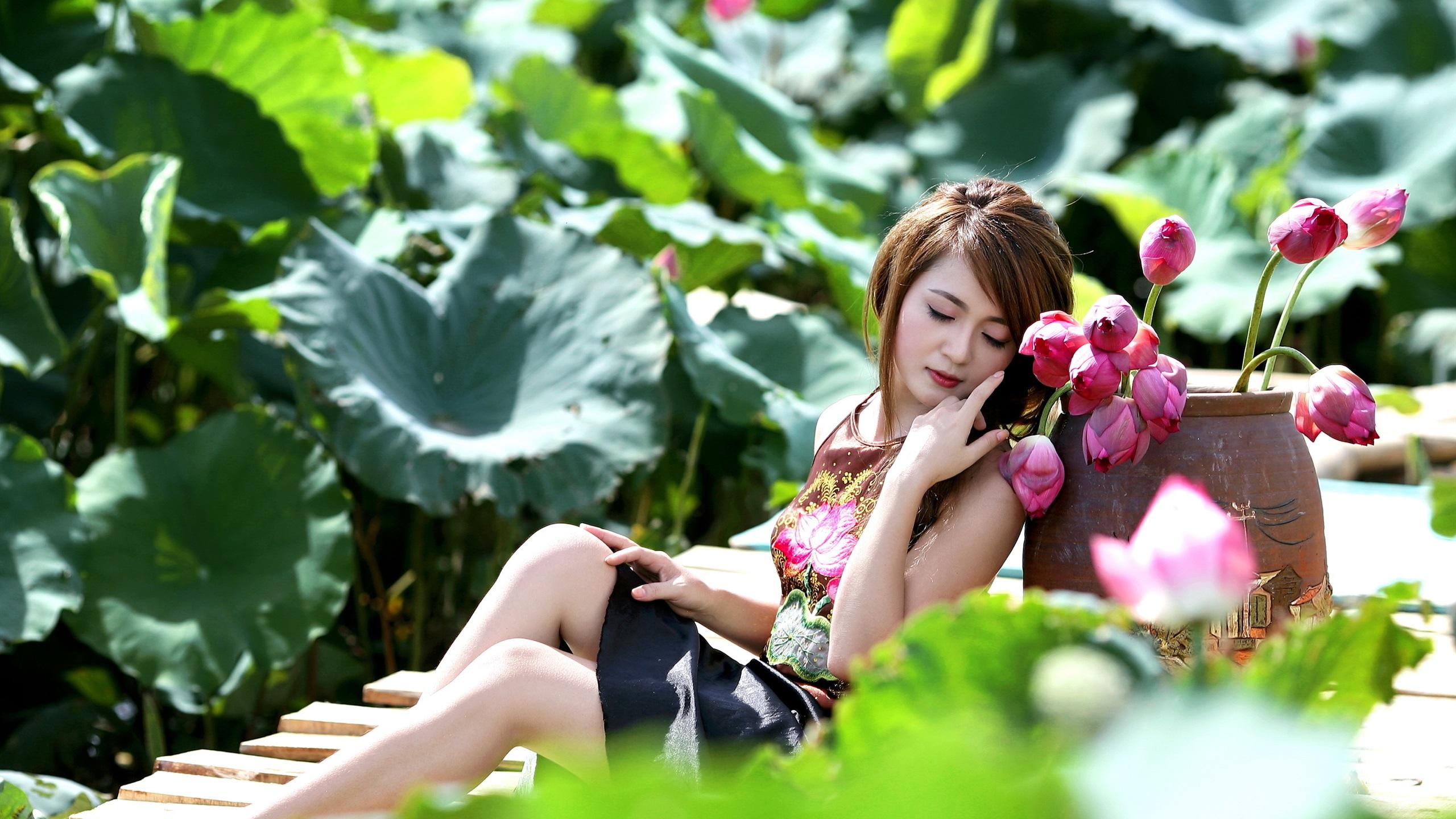 Фото девушек на цветке лотоса