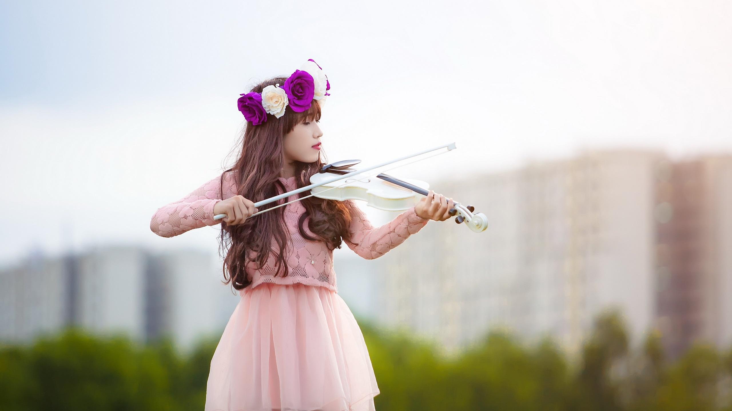 Fonds Décran Fille Joue Un Violon Blanc 2560x1440 Qhd Image