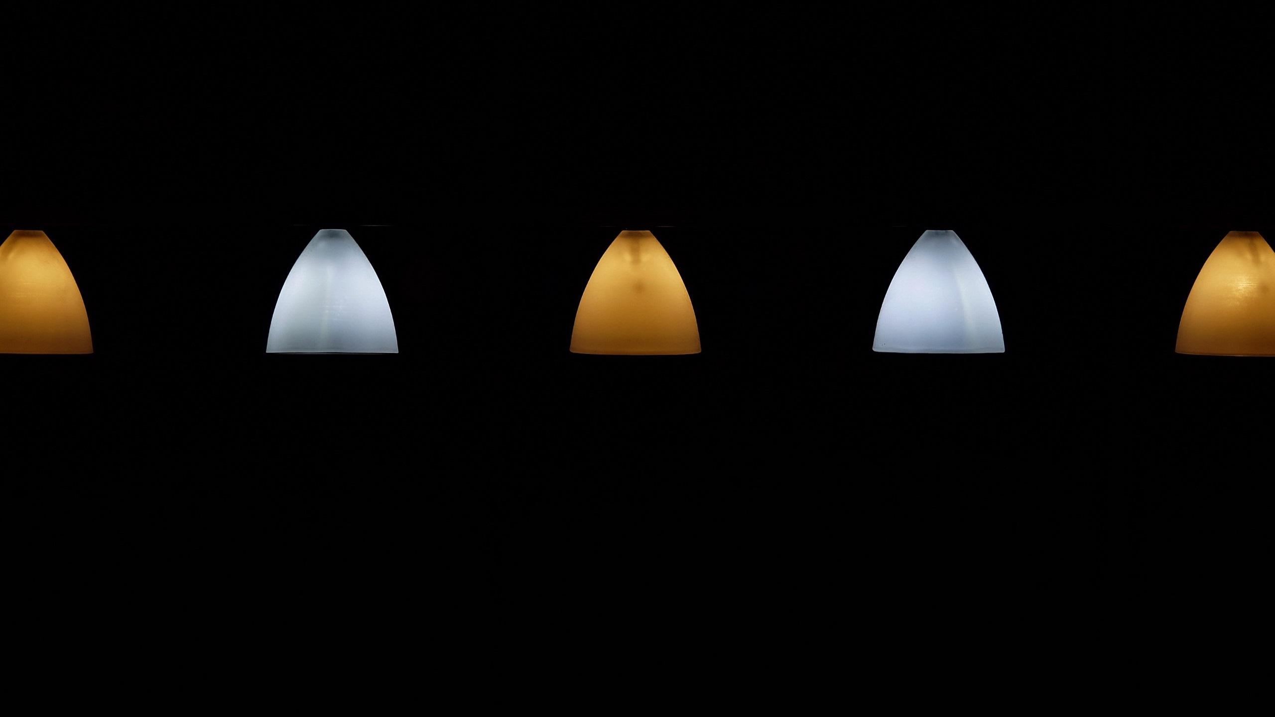 Fonds D Ecran Lampe Jaune Et Blanche Fond Noir 2560x1440 Qhd Image