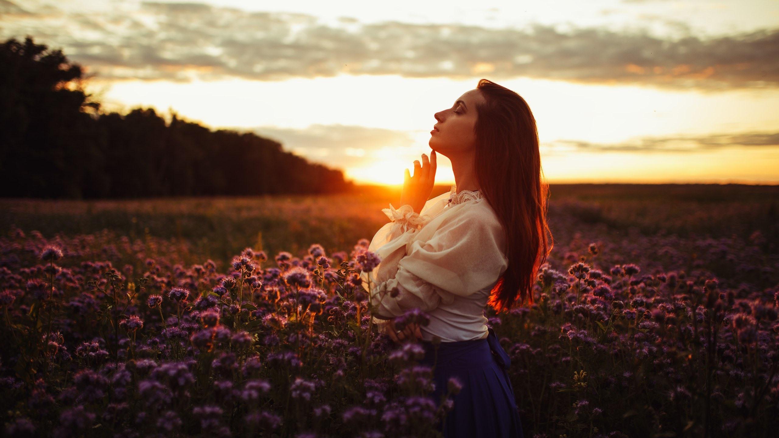 Seitenansicht des Mädchens, Sonnenuntergang, Blumen ...
