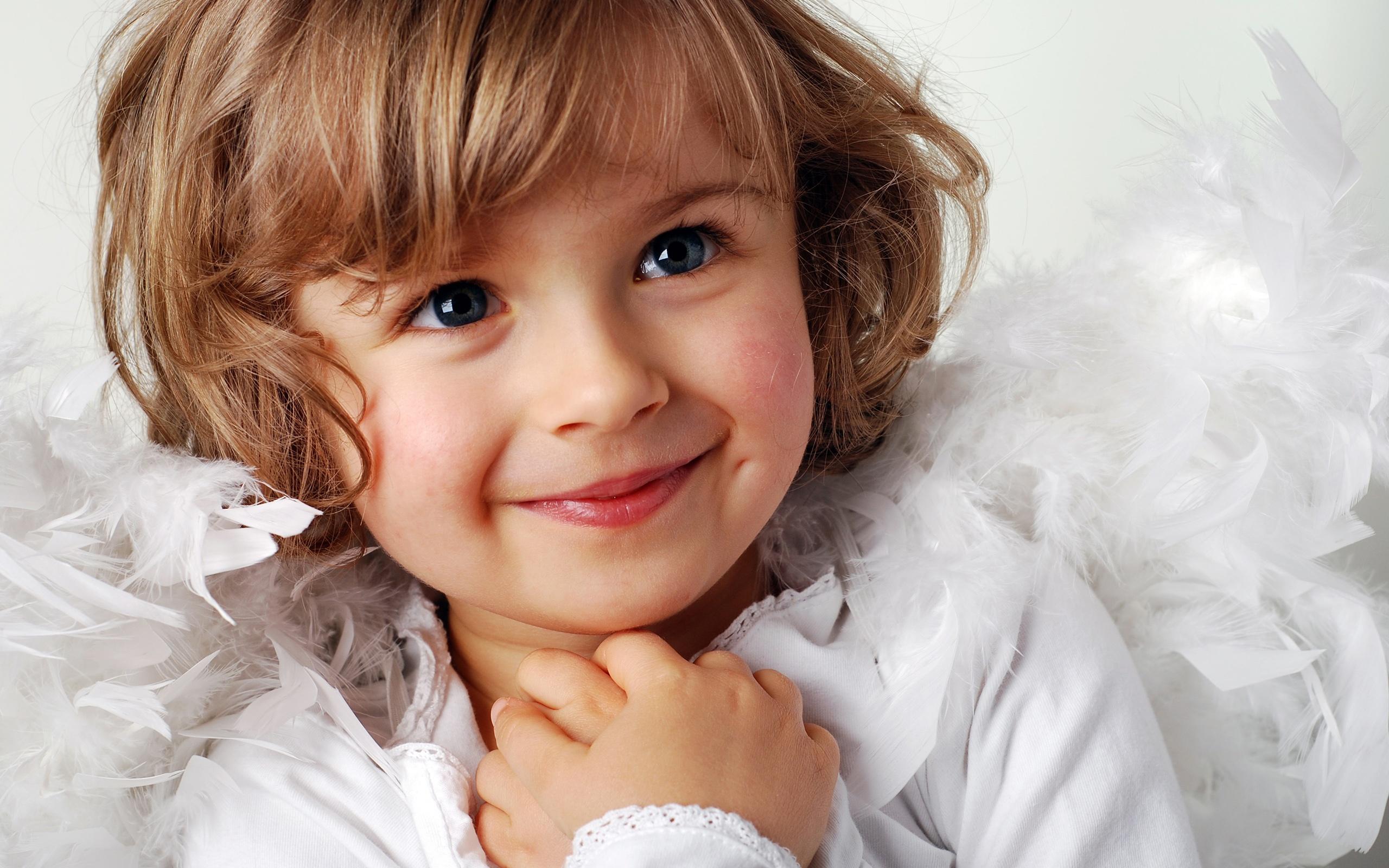 Nettes kleines mädchen ein süßes lächeln hintergrundbilder