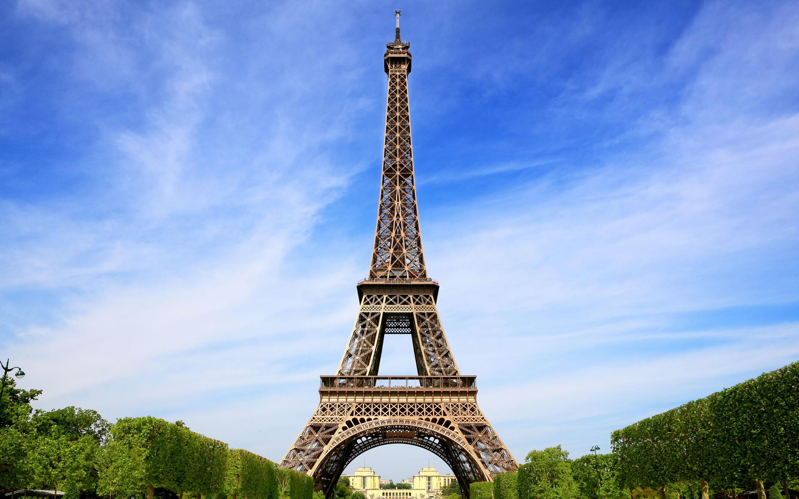 Lugares de interés la torre eiffel en parís francia fondos de