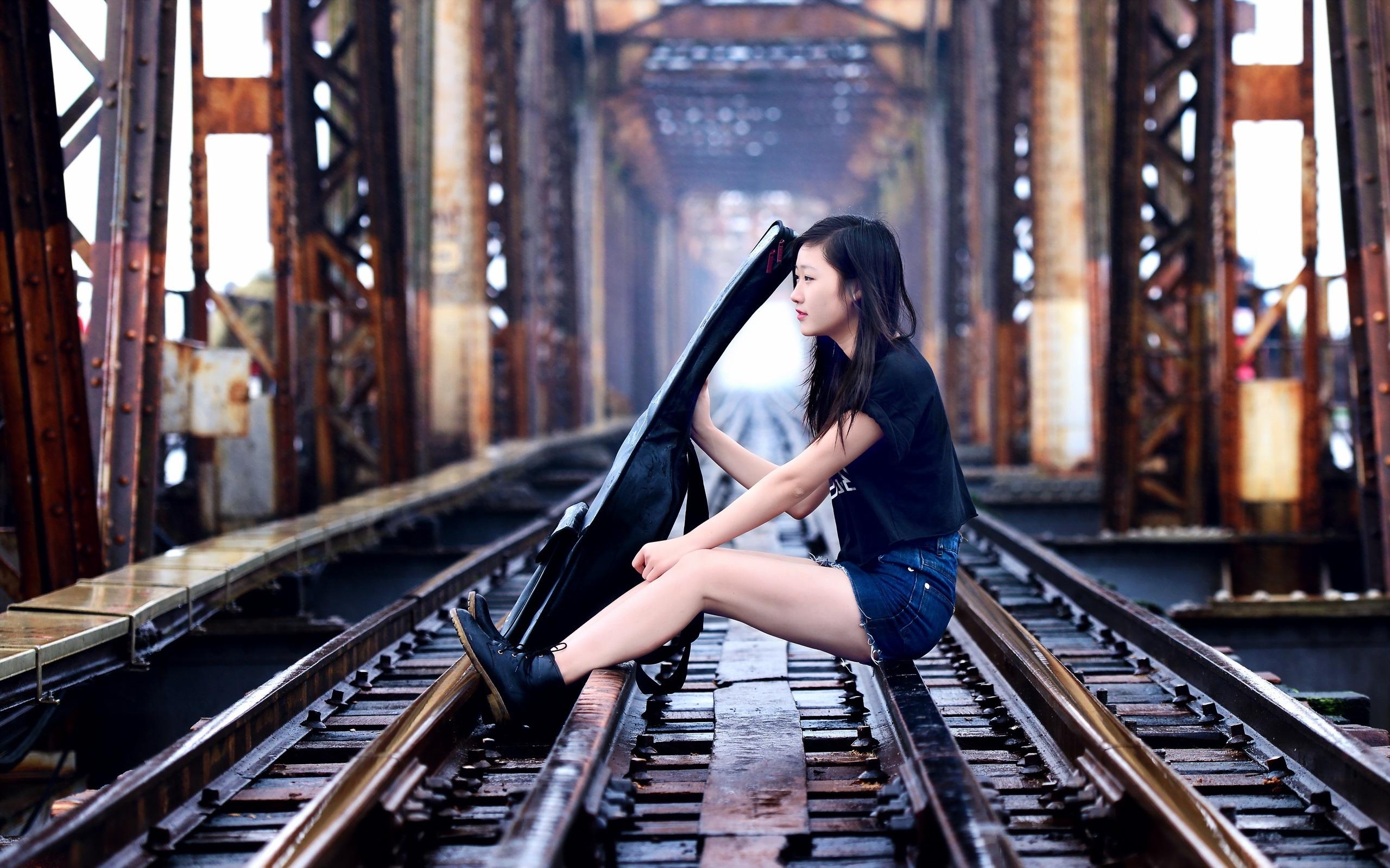 позируем на железнодорожном мосту было