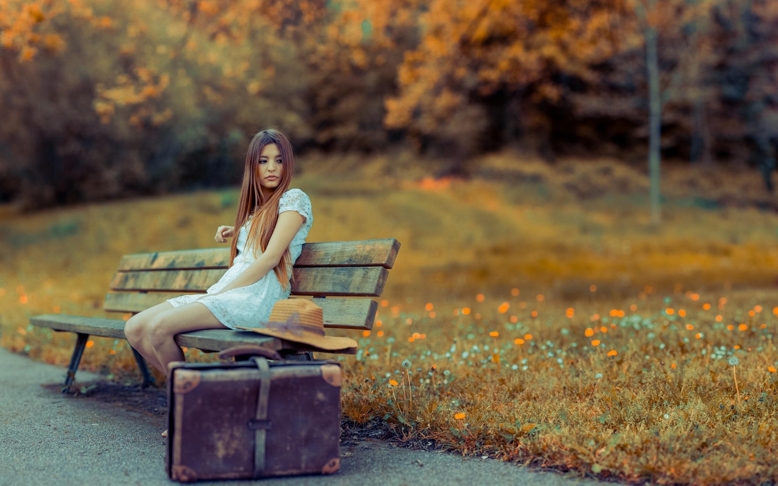 девушка на скамейке с сумкой и фотоаппаратом  № 2676842 бесплатно