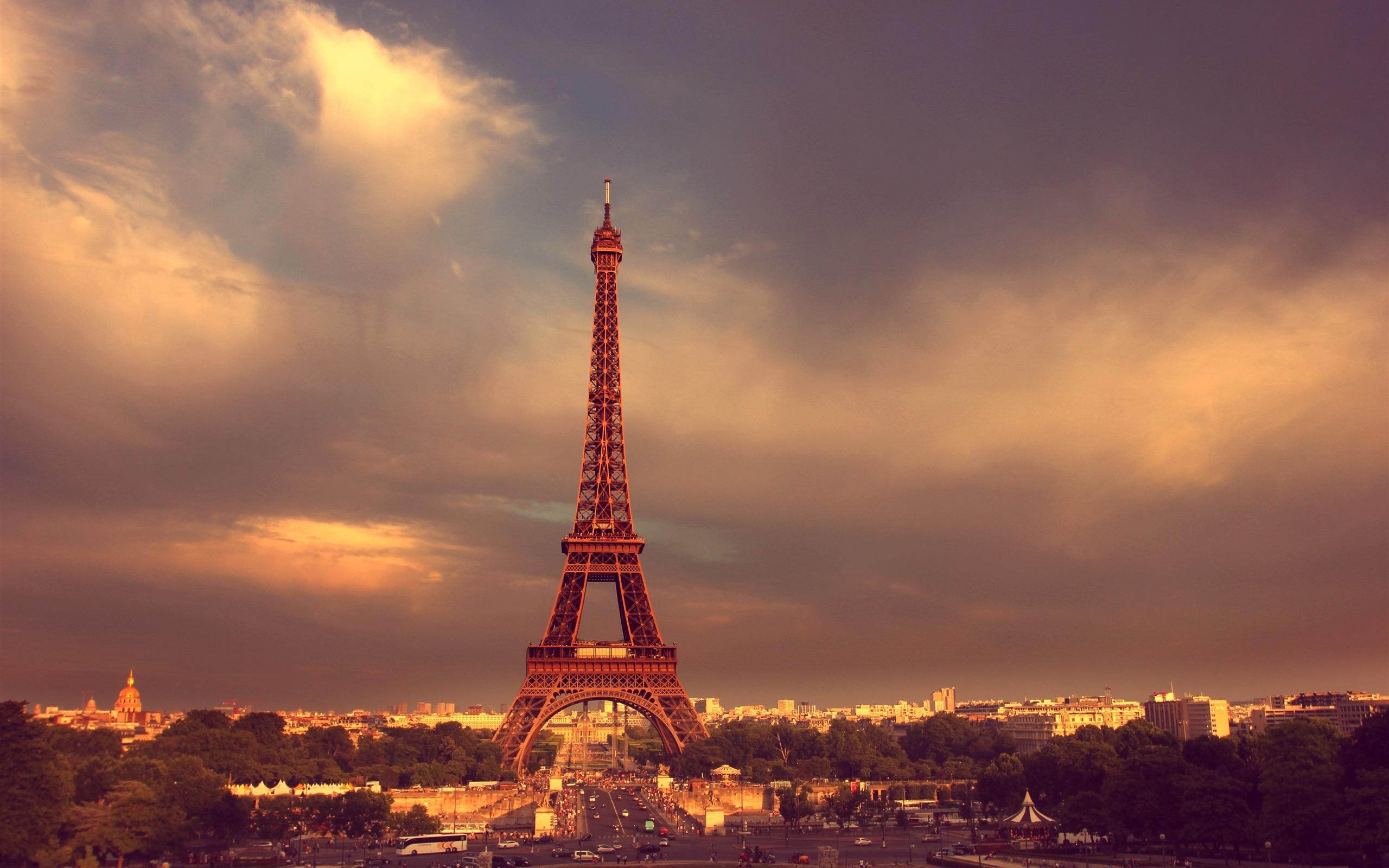壁紙 パリ エッフェル塔 フランス 道路 車 夕暮れ 2560x1600 Hd