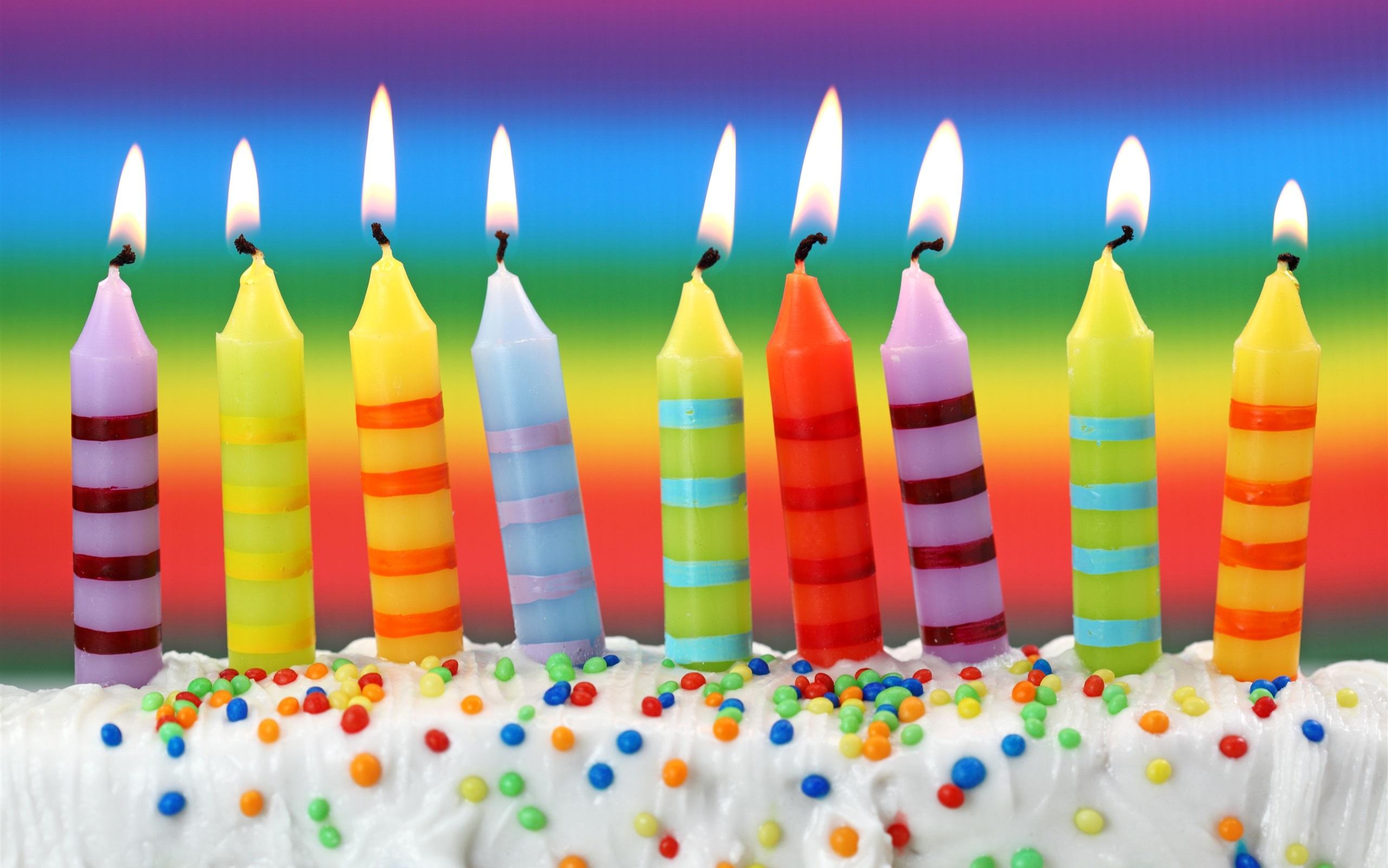 Feliz cumpleaños, torta dulce, velas de colores, fuego Fondos de ...