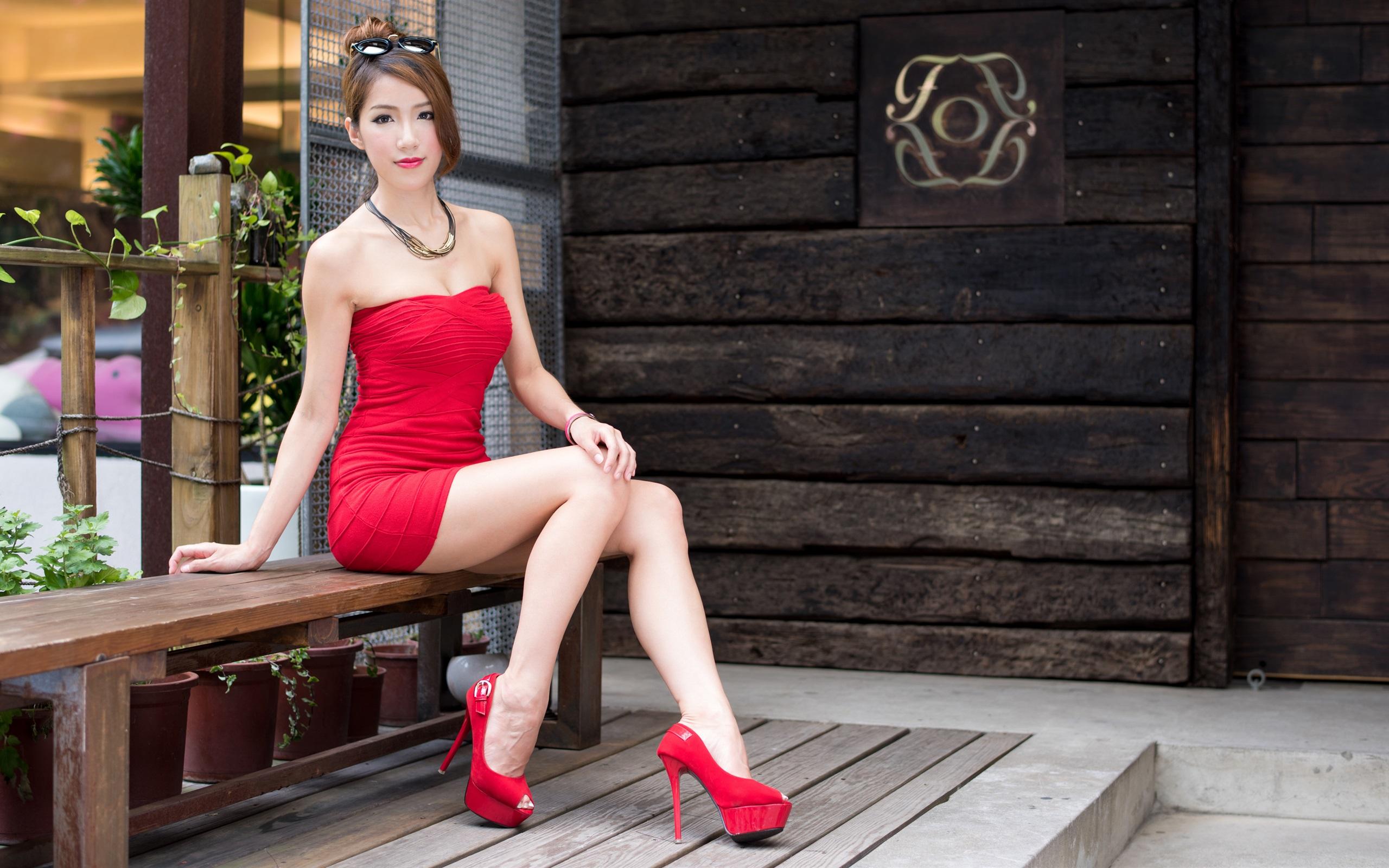 sexy rotes kleid asiatische mädchen, lange beine, frisur