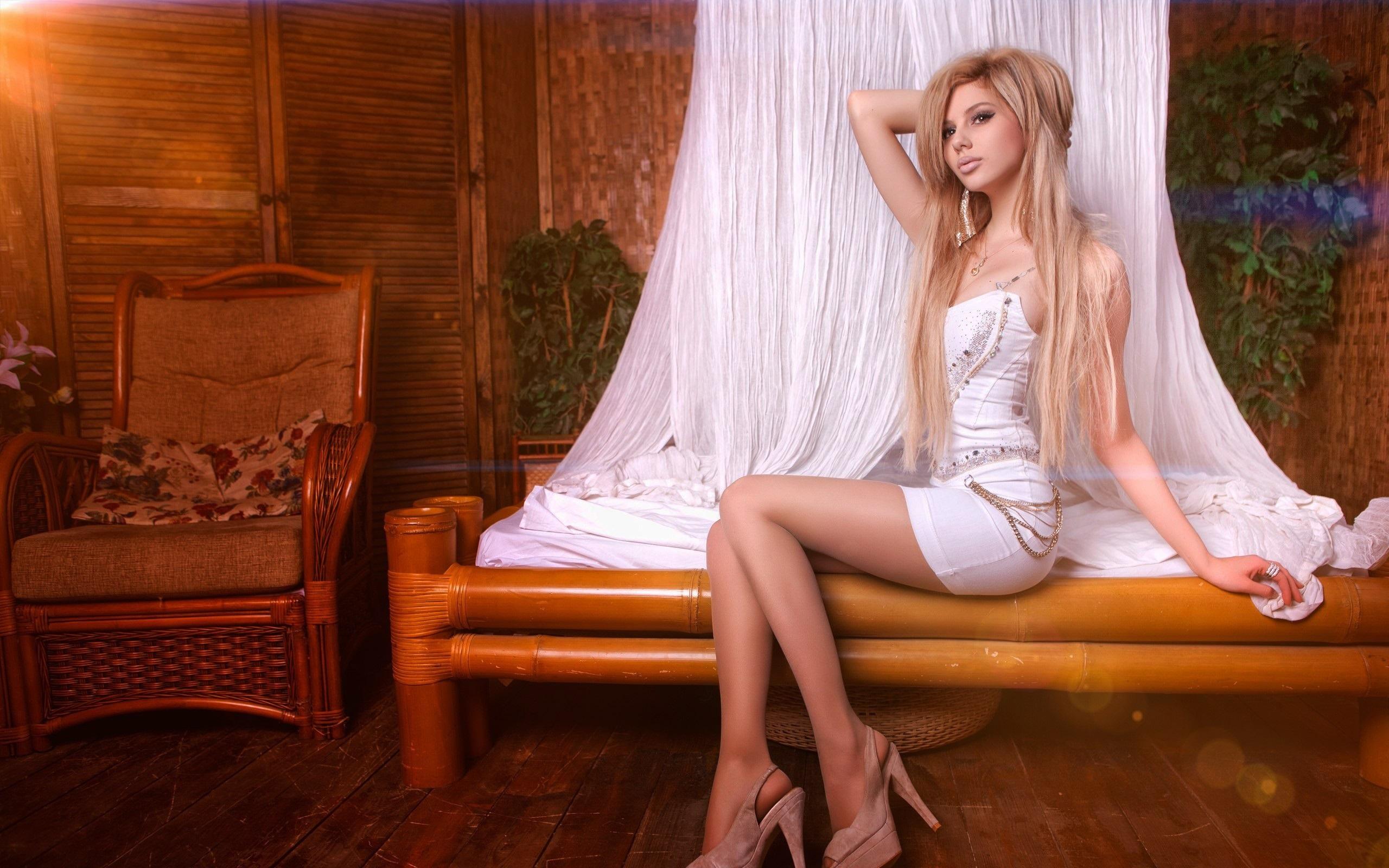 Винтаж блондинки в ночнушках с длинными ногами и волосами фото полная девушка лесби