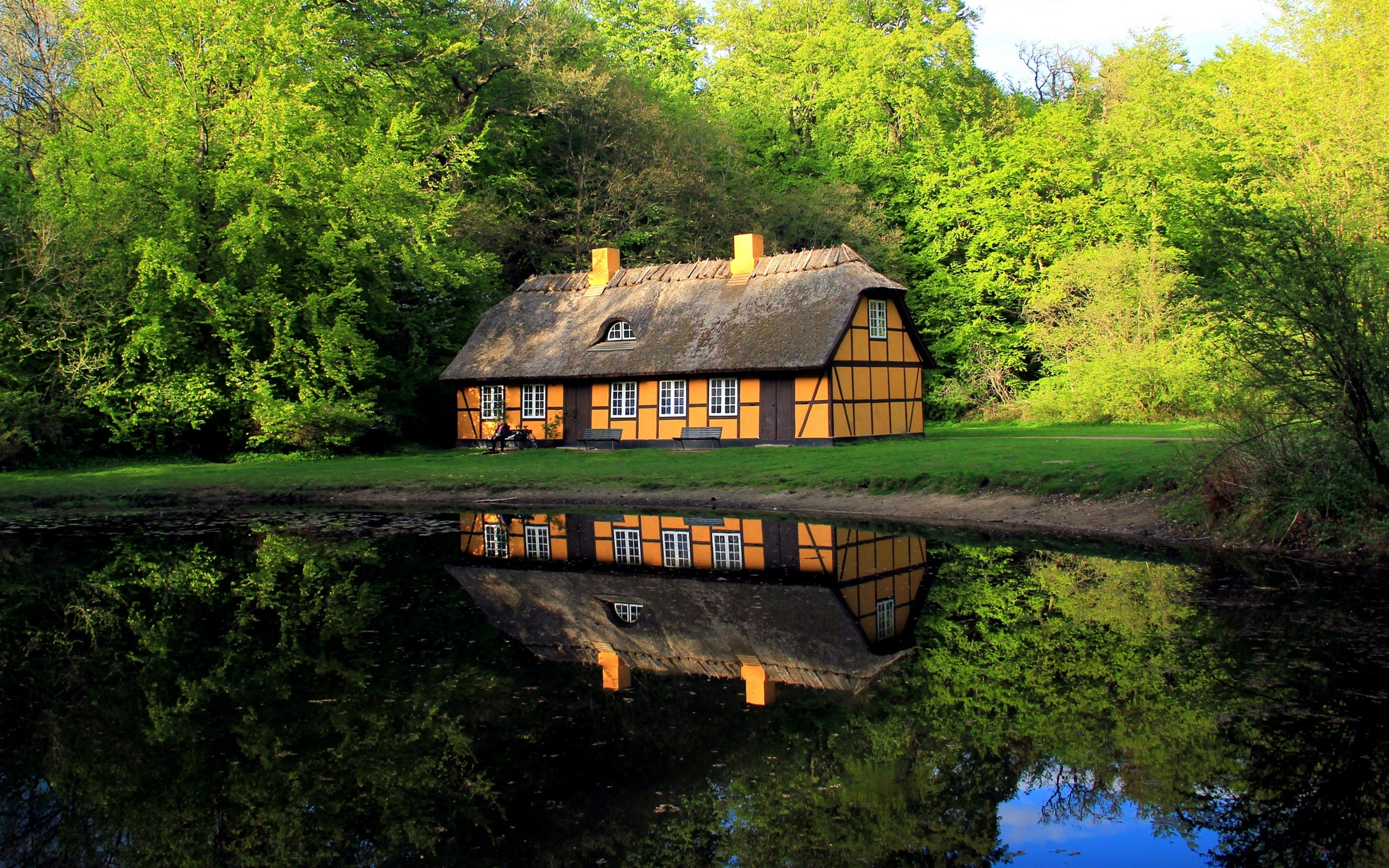 выбор картинки для стола дом у озера животворящий