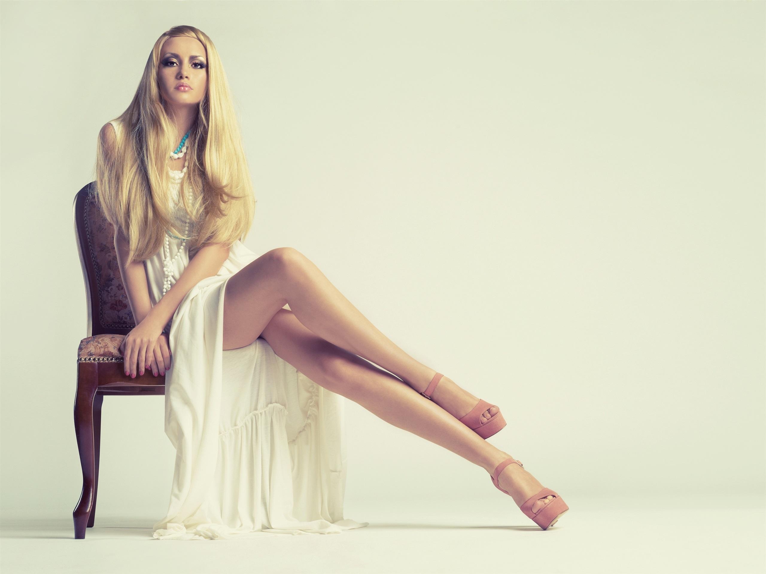 Красивая девушка блондинка фото в платье