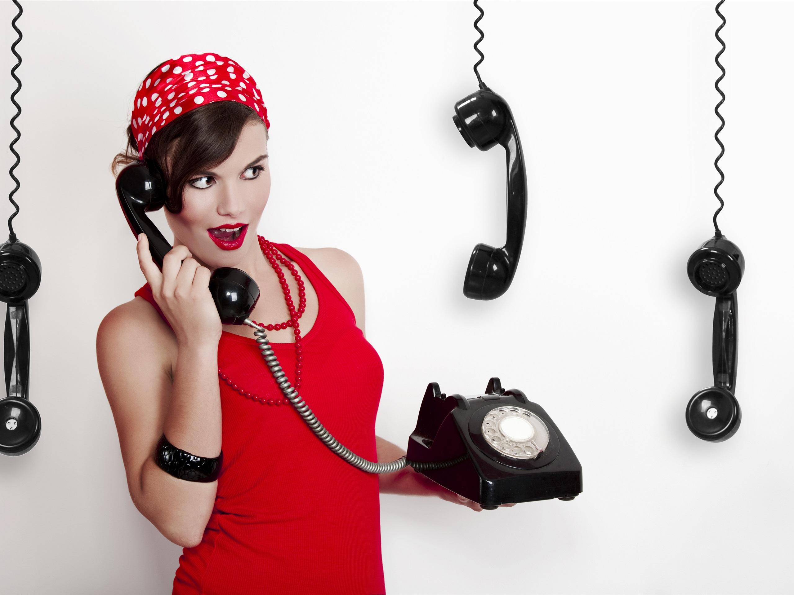 девушка с знаком по телефону