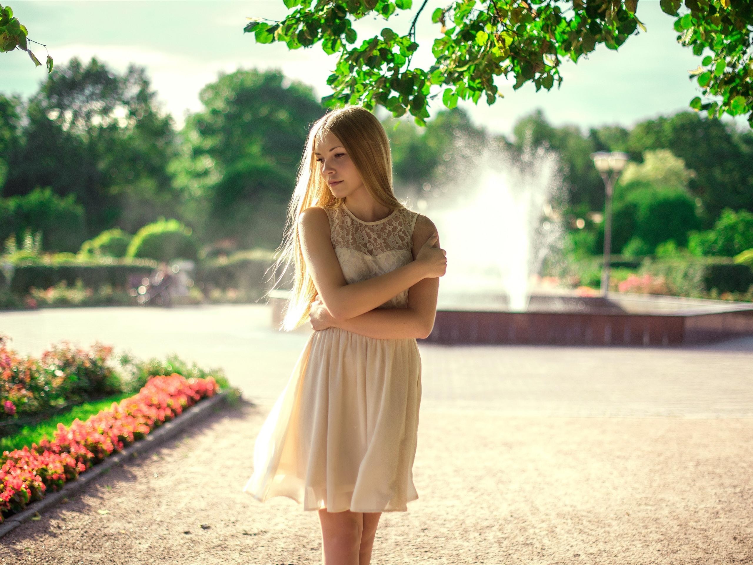 Wallpaper Blonde girl, white skirt, sea, coast 3840x2160
