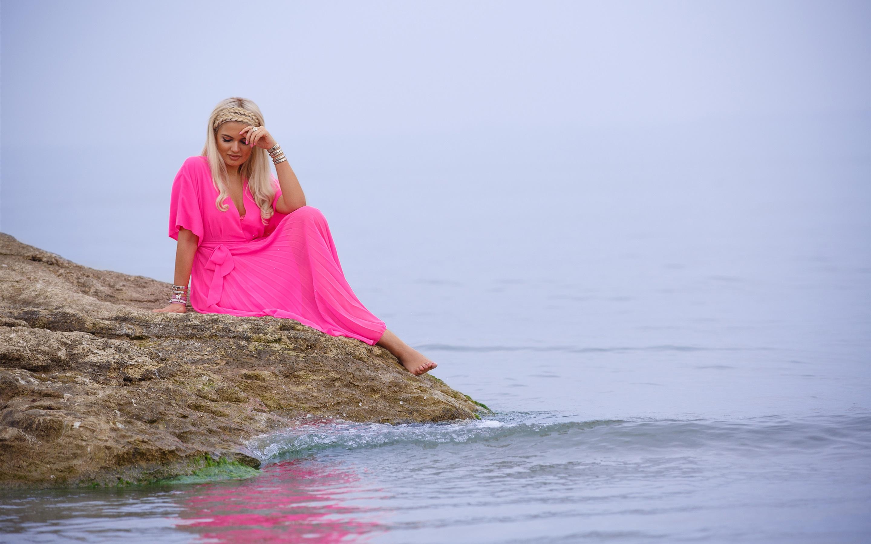 Фото блондинки в розовом, смотреть сочную грудь