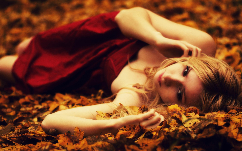 Девушка в красном на земле  № 2707627 бесплатно
