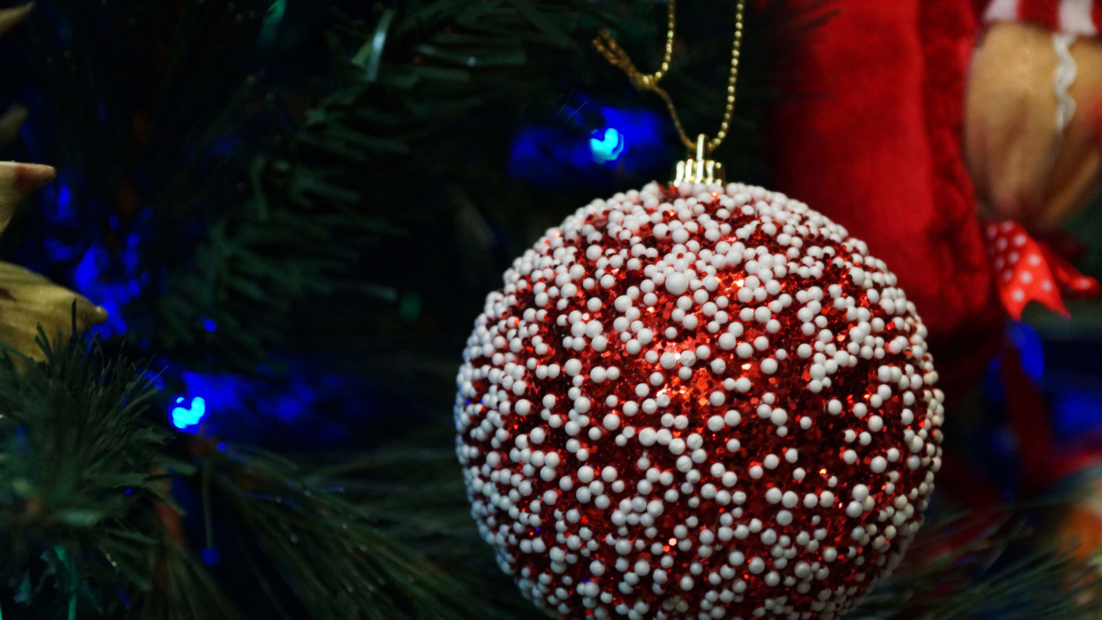 Wallpaper Red Christmas Ball Close Up White Decoration 3840x2160
