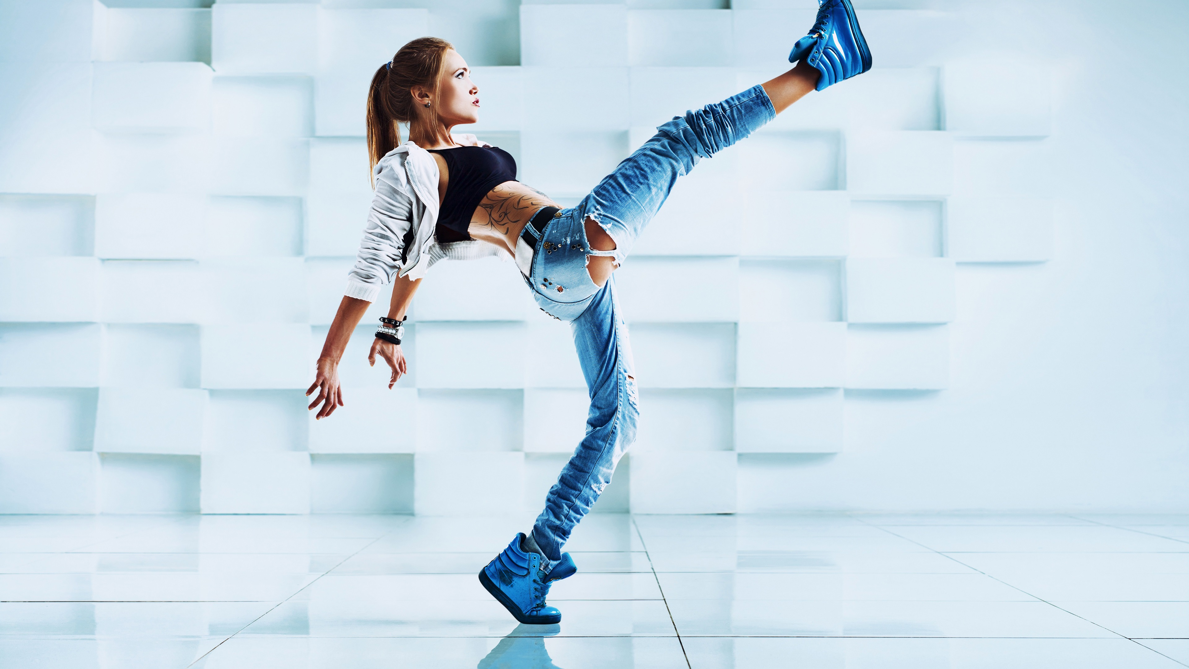 Девушка танцует монитор