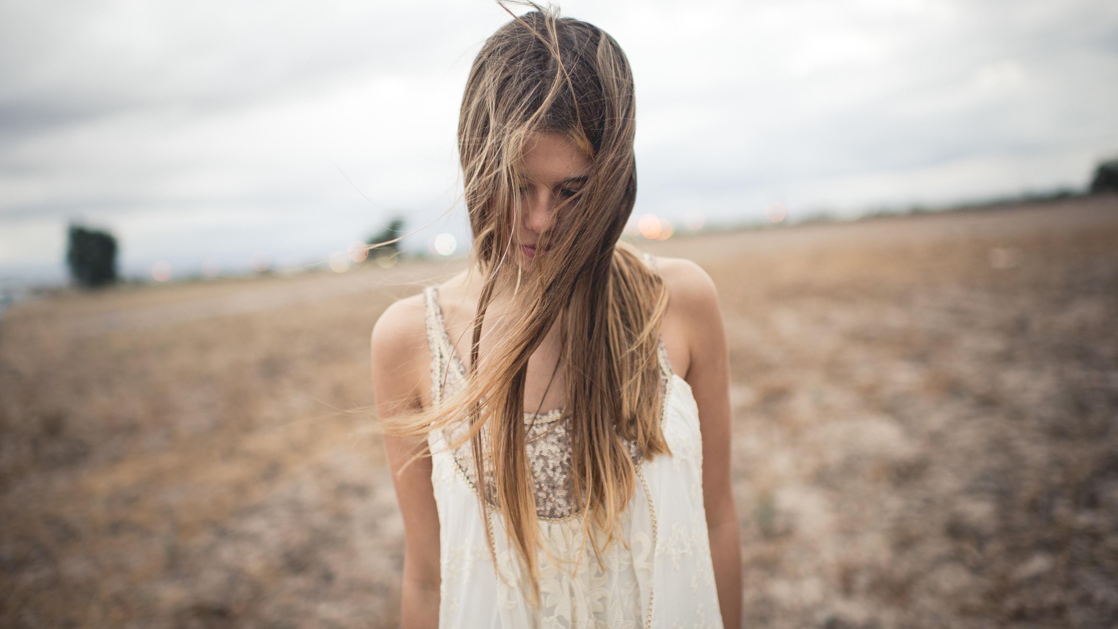 Девушка в поле волосы без смс