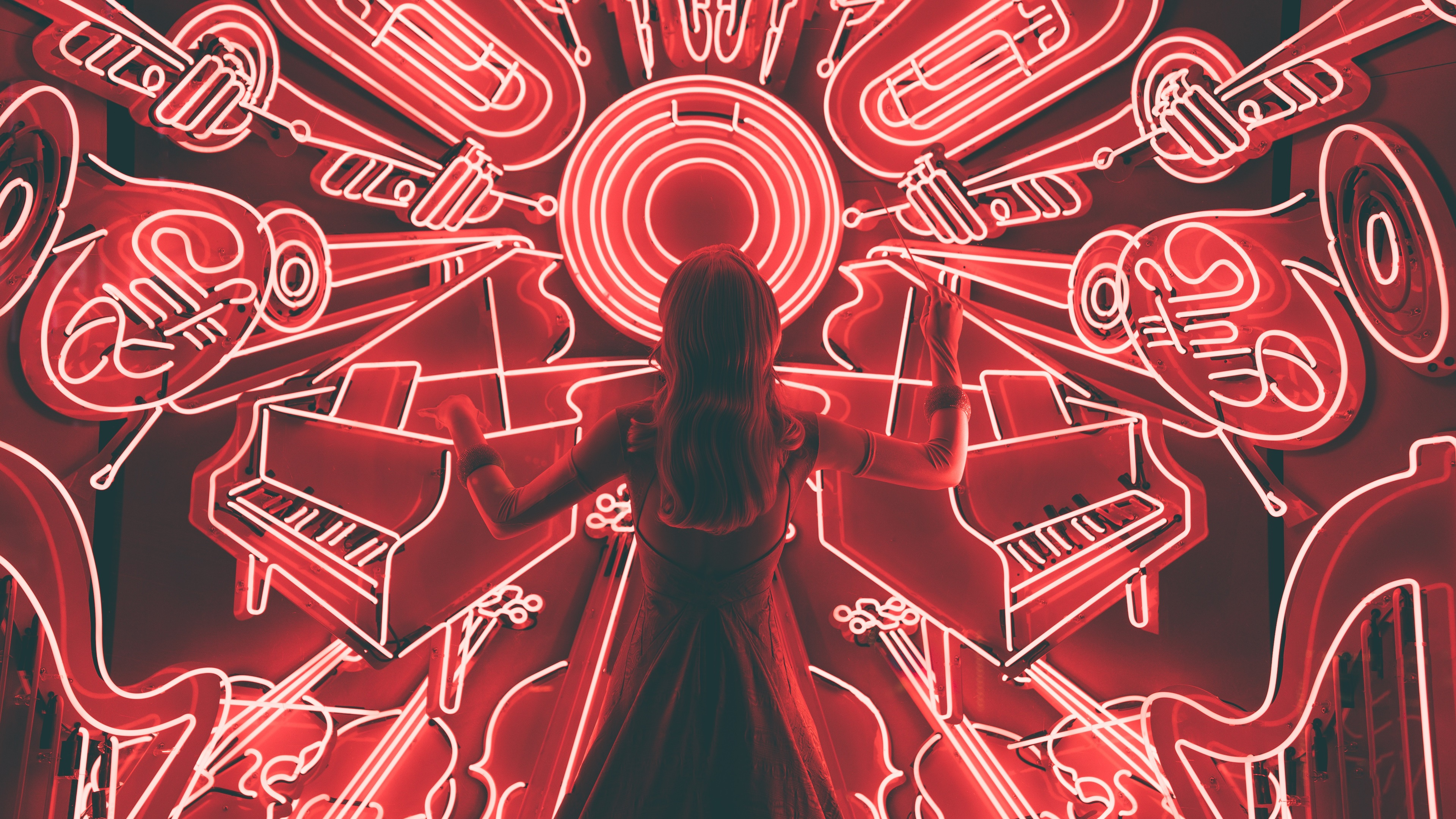 壁紙 ガールバックビュー 楽器ネオンライト 3840x2160 Uhd 4k 無料の