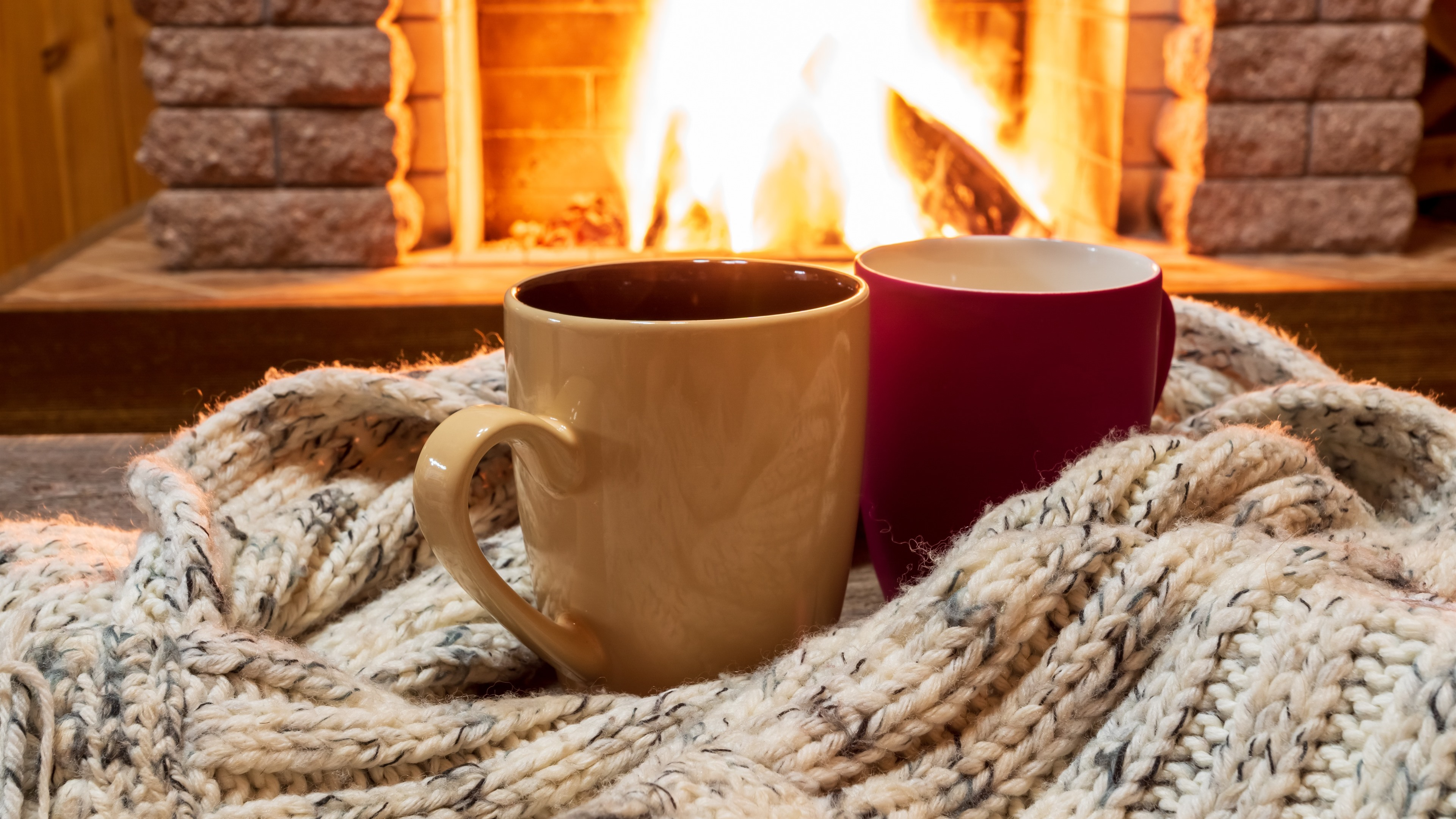 Wallpaper Two cups, sweater, fireplace 3840x2160 UHD 4K