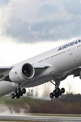 iPhone Обои Boeing 777 самолет взлететь в аэропорту