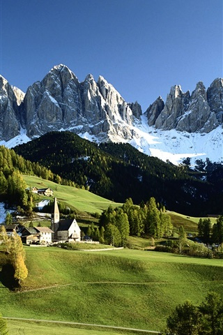 iPhone Wallpaper Italian countryside scenery, snow-capped mountains, green trees, houses