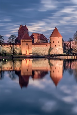 iPhone Wallpaper Trakai, Lithuania, castle, lake, water reflection, sunset
