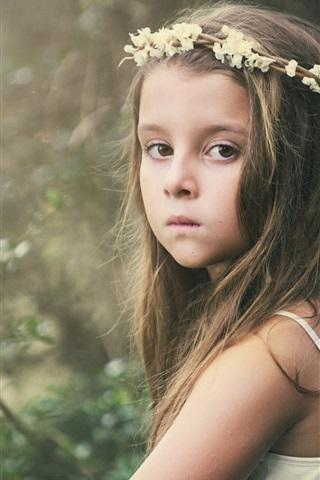 iPhone Papéis de Parede Olhar bonito menina, criança, coroa de flores