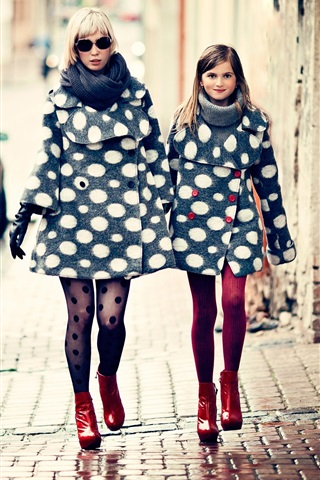 iPhone Wallpaper Mother and daughter, fashion, city, street