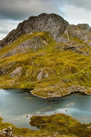 iPhone Papéis de Parede Montanhas, colina, rochas, lago, musgo, grama