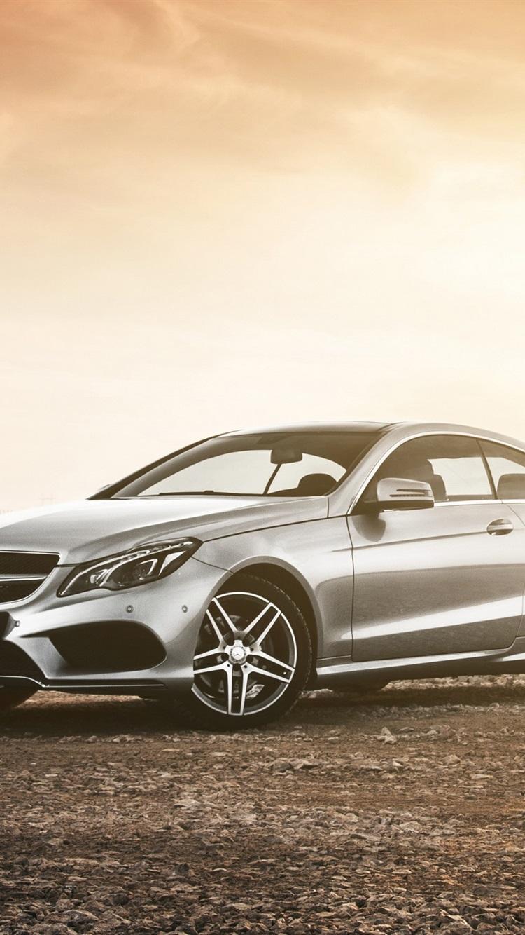 Mercedes Benz Clase E Coupe Un Coche En El Atardecer