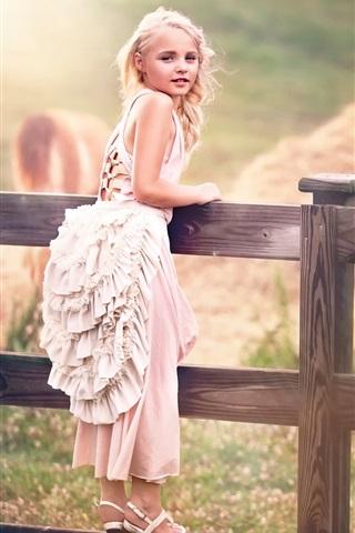 iPhone Papéis de Parede A criança bonito, menina, vestido de branco, cerca