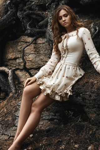 iPhone Wallpaper Barefoot girl, skirt, lonely