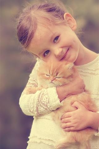 iPhone Papéis de Parede Menina bonito que prende um gato, sorrir