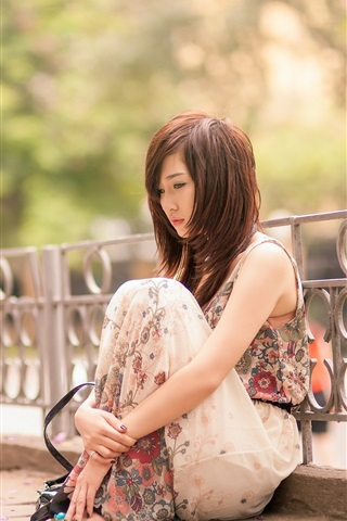 iPhone Wallpaper Sadness Asian girl, sit at street