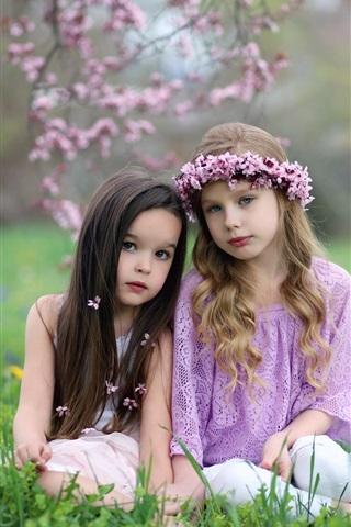 iPhone Papéis de Parede Duas meninas bonitos, natureza, grama