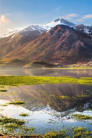 iPhone Papéis de Parede Itália bela natureza, lago, montanhas, grama, água, céu azul