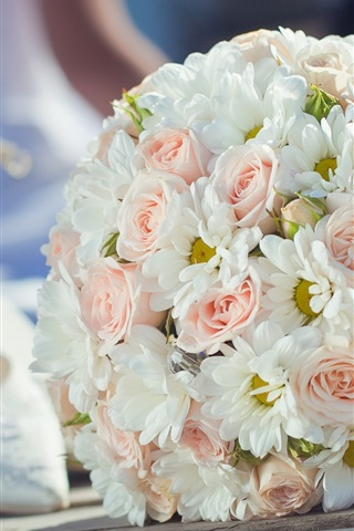 iPhone Wallpaper Wedding flowers, bouquet, pink roses and white daisy, shoes