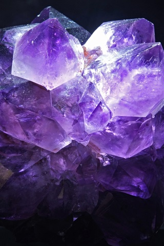 iPhone Wallpaper Amethyst, black background