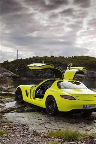iPhoneの壁紙 メルセデス・ベンツSLS AMG緑スーパーカー、海岸、雲