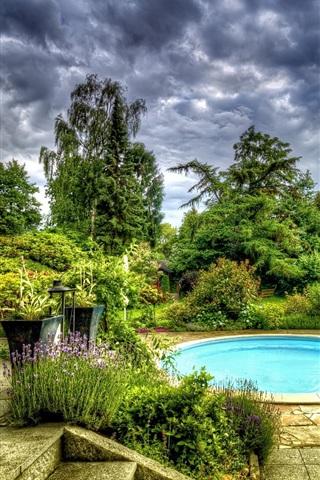 iPhone Papéis de Parede Jardim, piscina, árvores, flores, nuvens